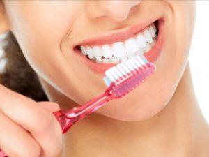 Come pulire bene i denti a casa